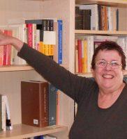 Luisella in der Bibliothek der Dante Linz